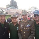 Foto di gruppo con il comandante della Fanfara Tridentina, in piazza Trento e Trieste prima della manifestazione